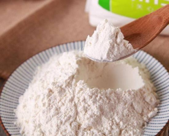 低筋面粉和高筋面粉的区别:通常按面粉中蛋白质含量的多少,把它们分为低筋面粉、中筋粉、高筋粉